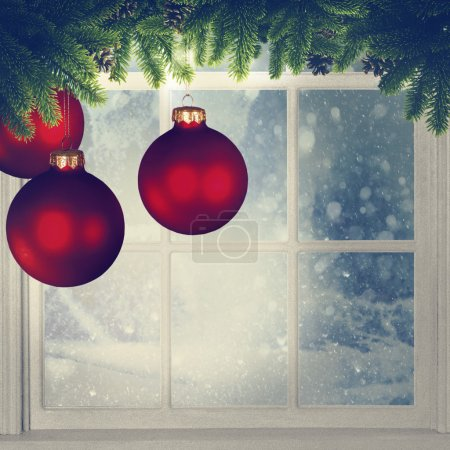 Weihnachtsschmuck gegen Fenster