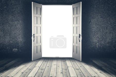 Photo pour Porte ouverte. Abstrait fond intérieur avec plancher en bois et mur en béton - image libre de droit