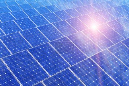 Photo pour Technologie créative de production d'énergie solaire, énergie alternative et écologie de la protection de l'environnement concept d'entreprise : groupe de panneaux solaires de batterie contre le ciel bleu avec la lumière du soleil - image libre de droit