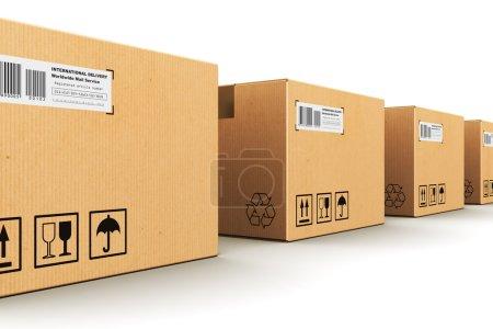 Photo pour Concept commercial d'expédition abstrait créatif, de logistique et de livraison de colis au détail : rangée de boîtes en carton ondulé isolées sur fond blanc - image libre de droit