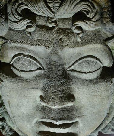 Photo pour Gorgone Méduse tête dans la citerne souterraine Basilique, Istanbul, Turquie - image libre de droit