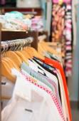 Různé oblečení na stojanu v butiku