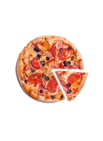 Photo pour Vue de dessus de délicieuse pizza au jambon, tomates et olives, isolés sur fond blanc - image libre de droit
