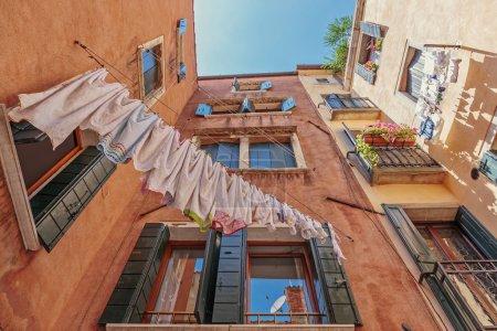 Photo pour Sous-vêtements séchage sur la corde dans le vieux jardin en Italie - image libre de droit