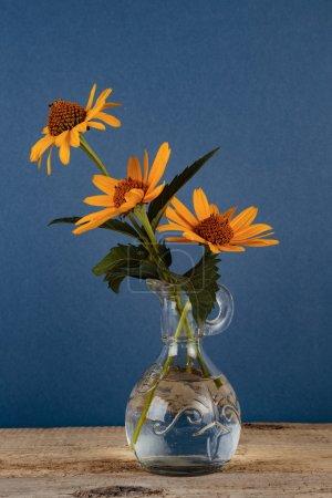 Photo pour Fleurs sauvages dans un vase sur une table en bois - image libre de droit