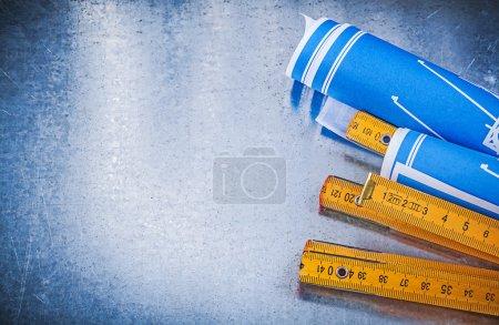 Photo pour Espace de copie de dessins de construction bleus mètre en bois sur fond métallique . - image libre de droit