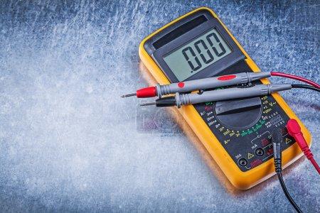 Photo pour Testeur électrique numérique et sonde de courant de fils sur fond métallique . - image libre de droit