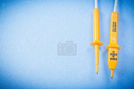 Photo pour Testeur électrique jaune sur fond bleu copie espace concept électricité . - image libre de droit