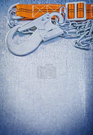 Photo pour Sangle de protection construction sur espace copie rayé fond métallique - image libre de droit
