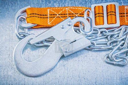 Photo pour Sangle de protection construction sur fond métallique rayé - image libre de droit