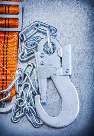 Photo pour Ceinture de sécurité construction corps sur image verticale rayé fond métallique - image libre de droit