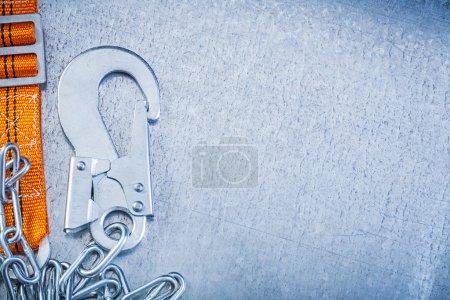Photo pour Matériel de construction de sécurité sur la vue horizontale rayé fond métallique - image libre de droit