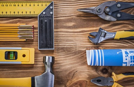 Photo pour Assortiment de matériel de construction sur planche en bois vintage directement au-dessus - image libre de droit