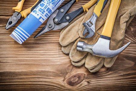 Photo pour Gants de protection Blueprint griffe marteau pinces pinces étain coupe clé réglable sur planche en bois . - image libre de droit
