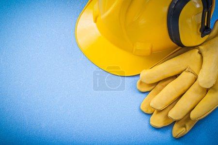 Photo pour Gants de bruit réduction cache-oreilles protection casque sur le concept de construction de fond bleu. - image libre de droit
