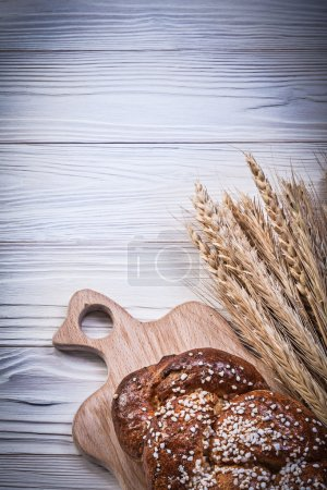 Photo pour Carving board bouquet de blé seigle épis pain bâton sur fond bois nourriture et boisson concept . - image libre de droit