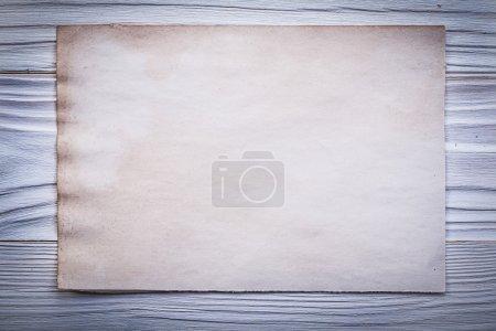 Feuille de papier propre vintage pour le menu sur la vue de dessus de planche de bois