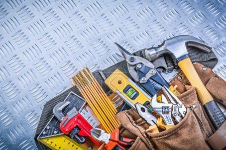 Werkzeuggurt mit Bauobjekten auf Wellblechmuster