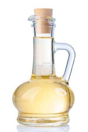 Photo pour Ustensiles de cuisine - bouteille en verre d'huile de tournesol avec poignée isolée - image libre de droit