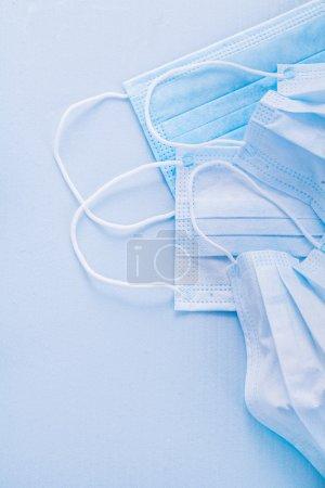 Photo pour Disposable face masks on blue background with copyspace - image libre de droit
