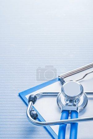 Photo pour Surface organisée très proche place stéthoscope vue sur presse-papiers avec feuille de concept médical papier - image libre de droit