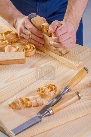 Photo pour Charpentier travaillant avec les travailleurs du bois plan concept de construction - image libre de droit