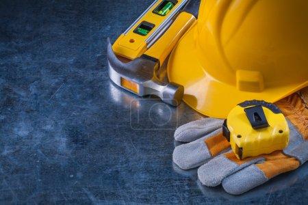 Photo pour Copier l'image de l'espace des gants de sécurité, chapeau dur, niveau de construction, bande-ligne et marteau griffe sur fond métallique, concept d'entretien . - image libre de droit