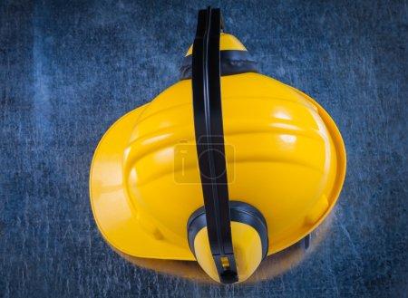 Photo pour Cache-oreilles de réduction bruit et un casque sur fond métallique rayé - image libre de droit