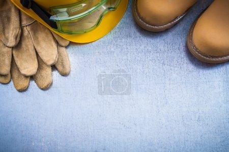 Stiefel, Handschuhe, Bauhelm und Brille