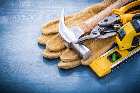 Photo pour Composition d'outils pour la réparation sur planche de bois - image libre de droit