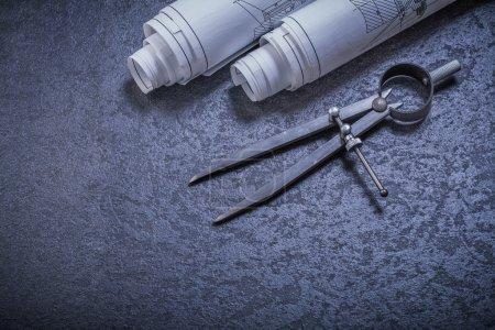 Photo pour Schémas directeurs et paire de compas sur fond noir concept de construction - image libre de droit