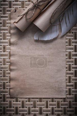 Rouleaux de papier vintage et plume