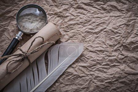 Photo pour Panache vintage, loupe et rouleau filaire sur papier froissé salissant . - image libre de droit