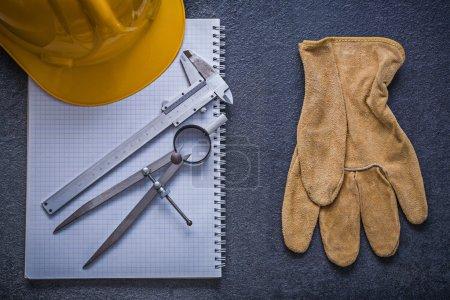 Photo pour Copybook, casque, diviseur, étrier coulissant, gant de sécurité, concept de construction . - image libre de droit