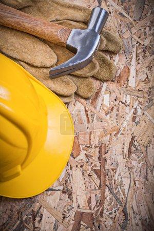 Hammer, Bauhelm und Lederhandschuhe