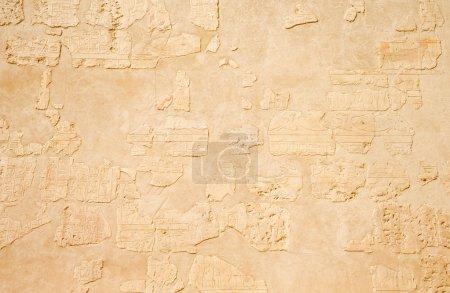 Photo pour Hiéroglyphes anciens sur le mur de pierre - image libre de droit
