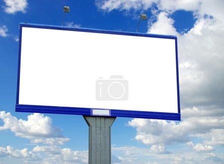 Photo pour Panneau d'affichage publicitaire sur fond de ciel - image libre de droit