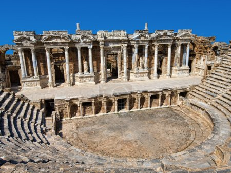Photo pour Ruines de théâtre dans l'ancienne Hierapolis, Turquie - image libre de droit