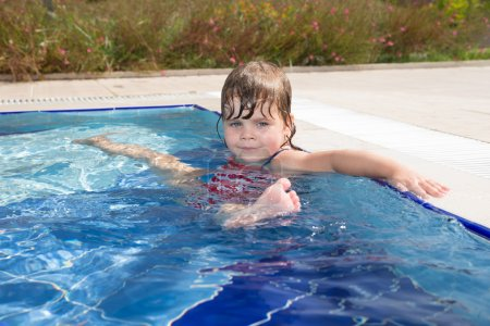 ittle girl in swimming pool