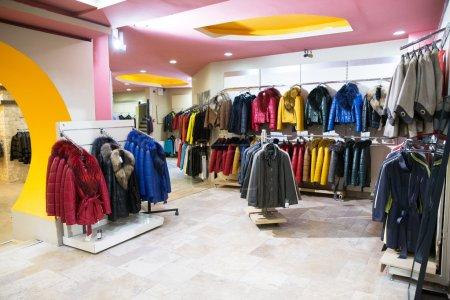 Photo pour Style de vêtements sur cintres dans la boutique - image libre de droit