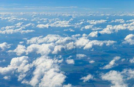 Photo pour Beaux nuages blancs dans le ciel bleu - image libre de droit