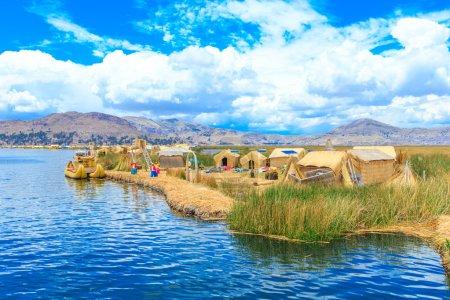 Photo pour Bateau Totora sur le lac Titicaca près de Puno, Pérou - image libre de droit