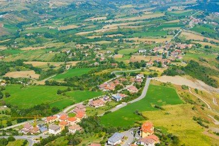 Photo pour Saint-Marin - 8 août 2016 : Panorama avec vue sur la région environnante de Saint-Marin, l'un des plus petits comtés du monde - image libre de droit