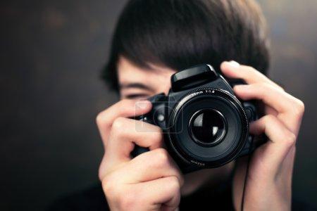 Photo pour Adolescent avec appareil photo numérique compact - image libre de droit