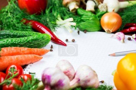 Foto de Hermoso fondo de alimentación orgánica saludable. Fotografía de estudio el marco de diferentes verduras y setas con una hoja blanca de papel en las viejas tablas marrones con espacio libre - Imagen libre de derechos