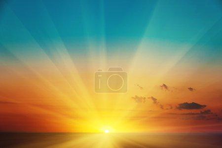 Photo pour Beau paysage de lever de soleil coloré et ciel orange sur prairie. Incroyable lever de soleil d'été fond . - image libre de droit