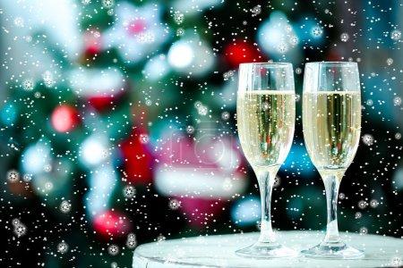Photo pour Deux verres de champagne sur fond de bokeh de Noël - image libre de droit