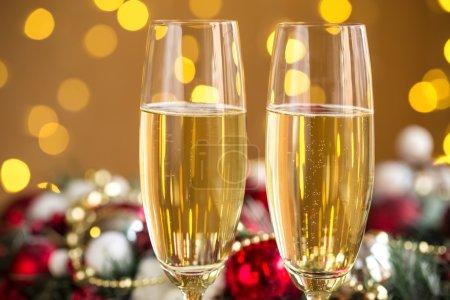Photo pour Deux verres à champagne sur fond de bokeh de Noël - image libre de droit