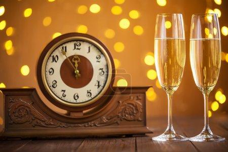 Photo pour Carte de Noël. Verres de champagne du nouvel an Eve et horloge antique - image libre de droit