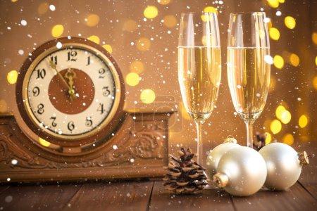Verres de champagne et ancienne horloge